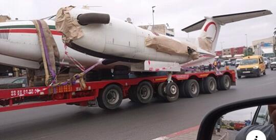 """لأول مرة في تاريخ المغرب """"ديبناج هاز طيارة"""" على الطريق السيار البيضاء- الرباط يثير استغراب المارة."""