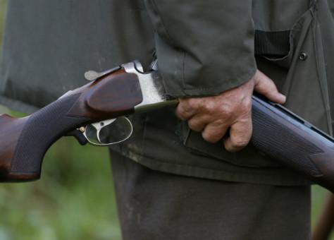 شخص يقتل زوجته وابنته باستعمال بندقية صيد وينتحر