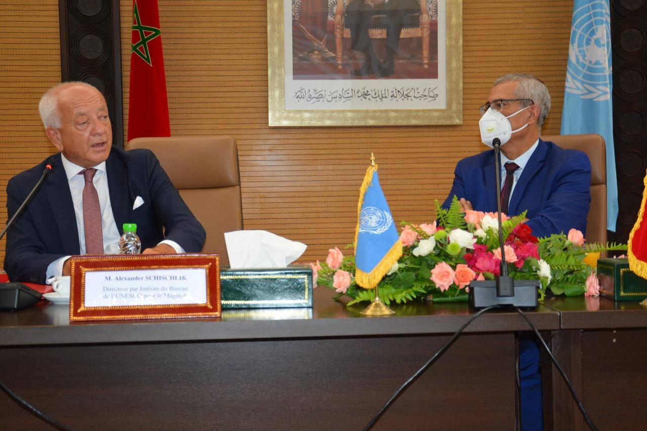 وزير العدل محمد بن عبد القادر يوقع اتفاقية تعاون مع السيد Alexandre schischlik مدير مكتب منظمة اليونسكو بالمغرب