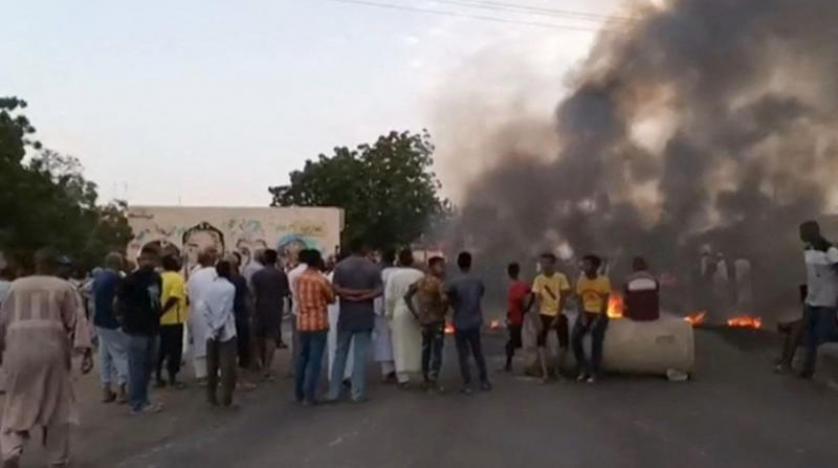متظاهرون يقطعون طرقاً في الخرطوم احتجاجا على اعتقال مسؤولين حكوميين (صور)
