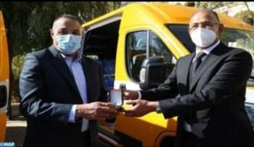 عامل إقليم الحاجب يسلم عشر سيارات للنقل المدرسي لفائدة ممثلي عدة جماعات